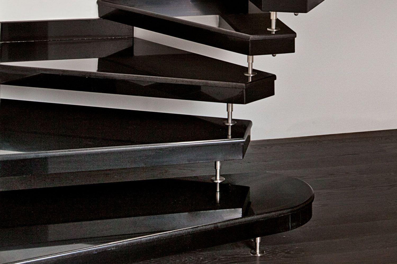 scala prefabbricata in granito nero lucido, particolare gradini
