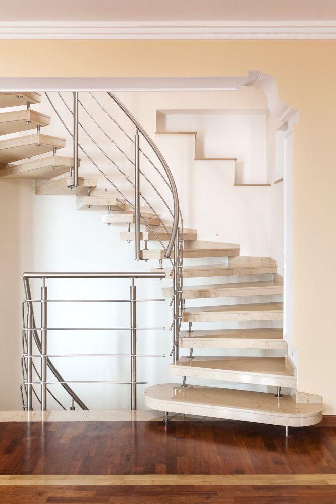 Scala elicoidale moderna per interni in marmo giallo zafferano lucido