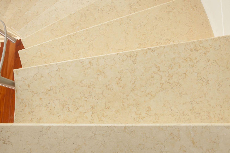 scala elicoidale prefabbricata, particolare gradini rivestiti in marmo giallo