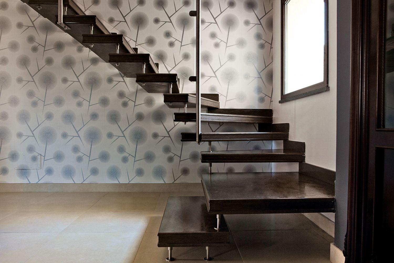 Scala a sbalzo per interni in elegante marmo marrone for Fargione scale