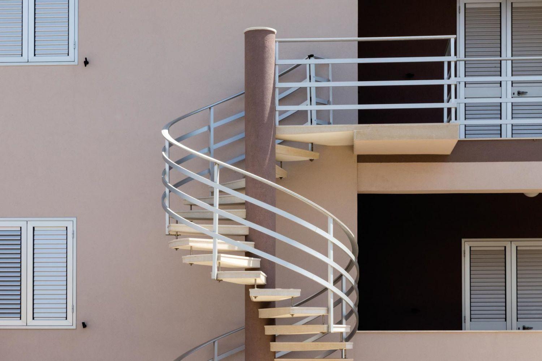 Scale a chiocciola per interni ed esterni moderne for Piastrelle per scale esterne
