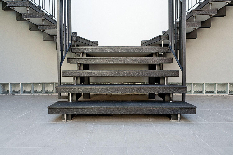 scala a doppia rampa con struttura in acciaio, particolare caposcala retto