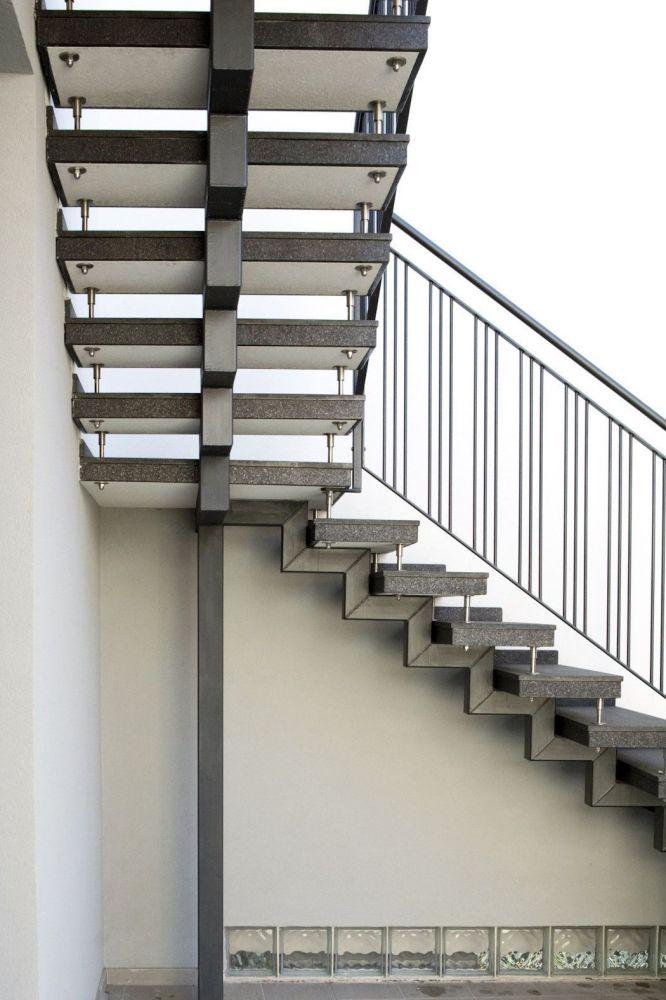 Scala esterna a sbalzo in due rampe parallele e granito for Fargione scale