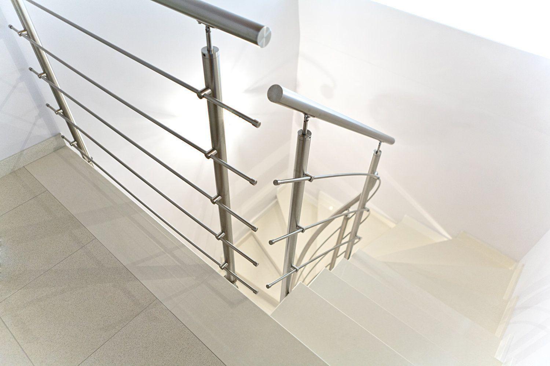 scala elicoidale prefabbricata in okite, ringhiera in acciaio, dettagli parapetto