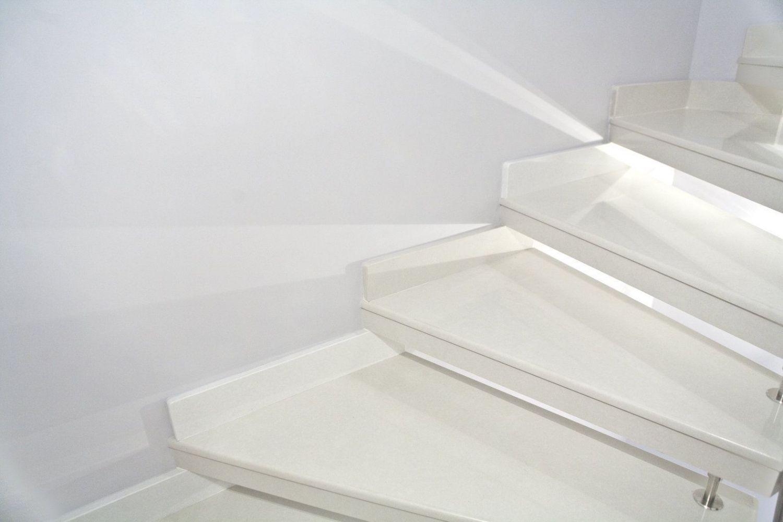 scala elicoidale prefabbricata in okite, ringhiera in acciaio