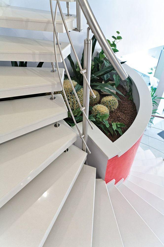 scala prefabbricata in okite bianca, ringhiera in acciaio, dettagli gradini autoportanti
