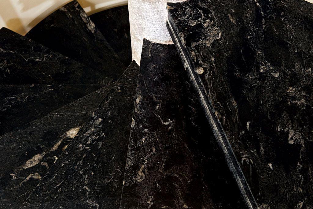 Scala a chiocciola in marmo nero