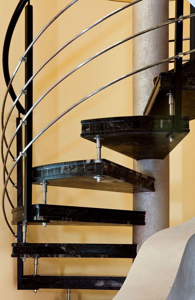 Scala a chiocciola dal gusto classico in marmo matrix nero - Gradini per scale a chiocciola ...