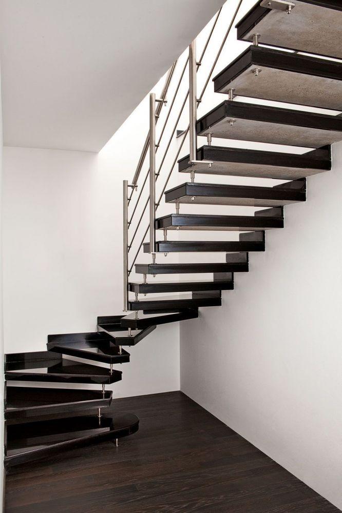 scala a giorno, gradini a sbalzo, in granito nero