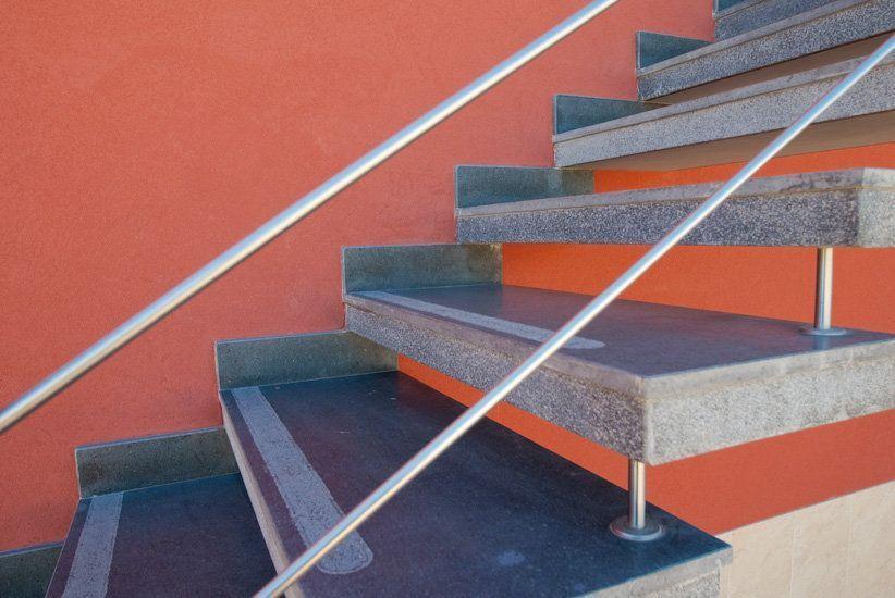 Scale Da Esterno In Pietra : Scala a sbalzo esterna in pietra lavica fiammata lineare e funzionale