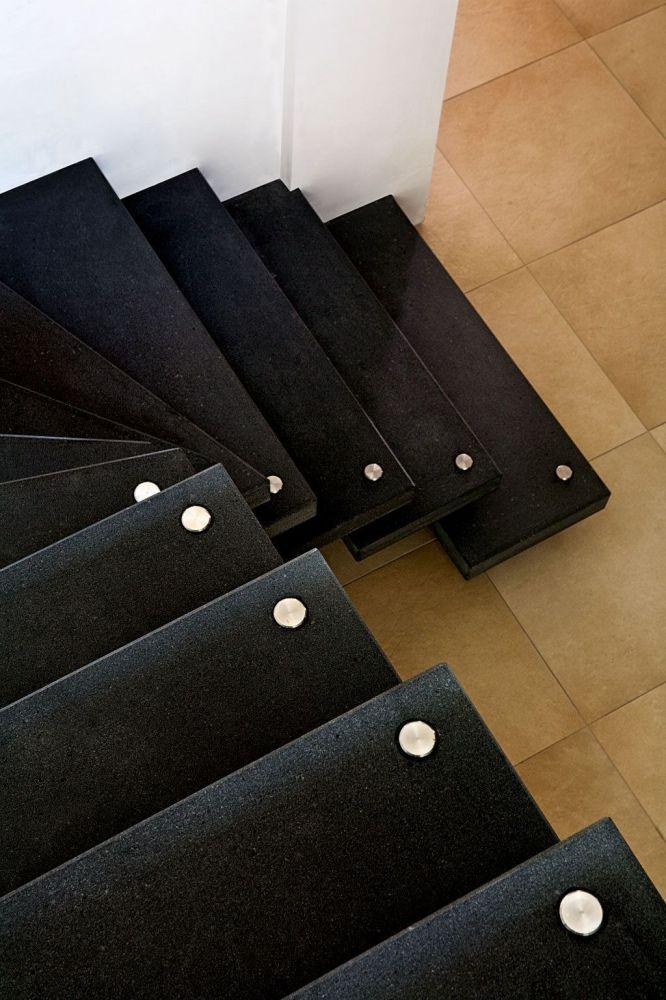 scala a sbalzo prefabbricata in pietra lavica massello