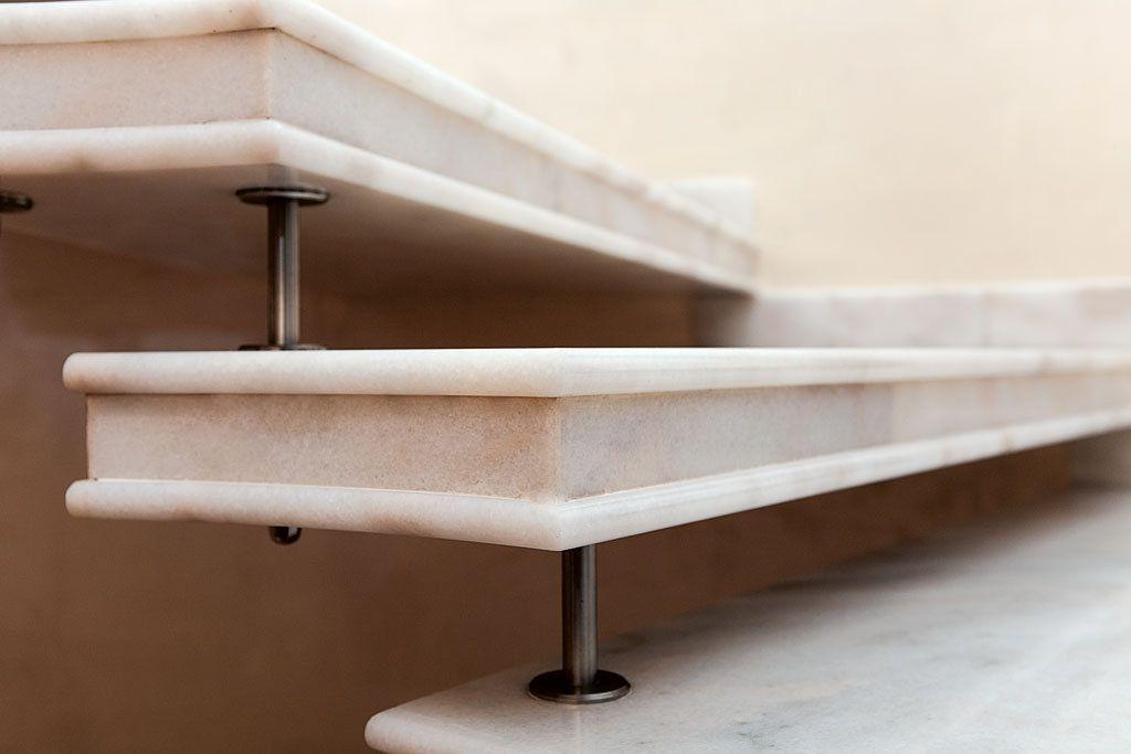 scala a sbalzo in marmo rosa, particolare gradini